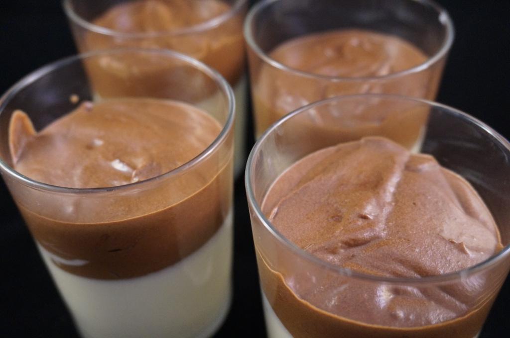 Schokoladen-Mousse mit Rosmarin und Thymian