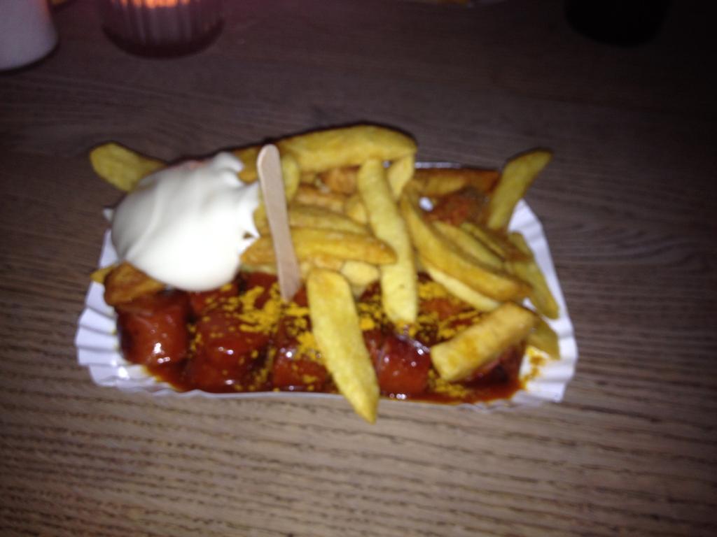 Eine Klenzeplatte mit roter Wurst in der Gute Nacht Wurst - Currywurst in München