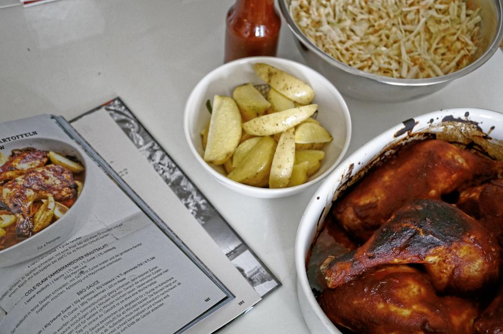 BBQ - Chicken mit Ofenkartoffeln und Cole Slaw