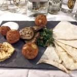 Falafel mit Minzjoghurt, Humus, gegrillten Auberginen und Petersiliensalat 2