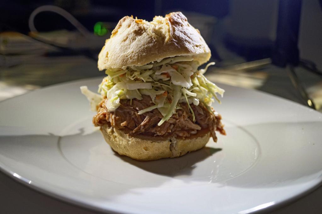 Pulled Pork mit Spitzkohlsalat im Kartoffelbrötchen