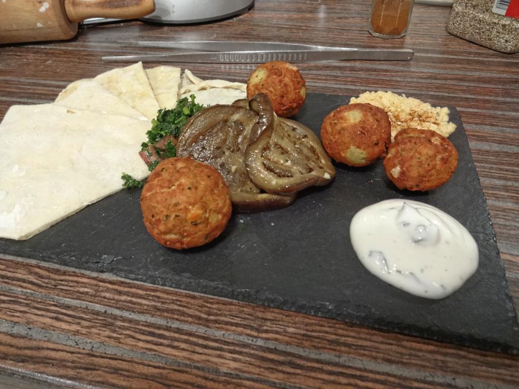 Falafel mit Minzjoghurt, Humus, gegrillten Auberginen und Petersiliensalat