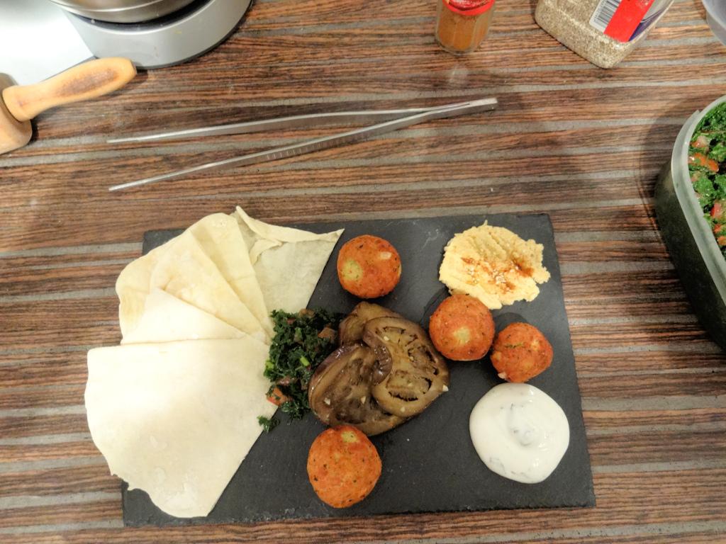 Falafel mit Minzjoghurt, Hummus, gegrillte Auberginen und Petersiliensalat
