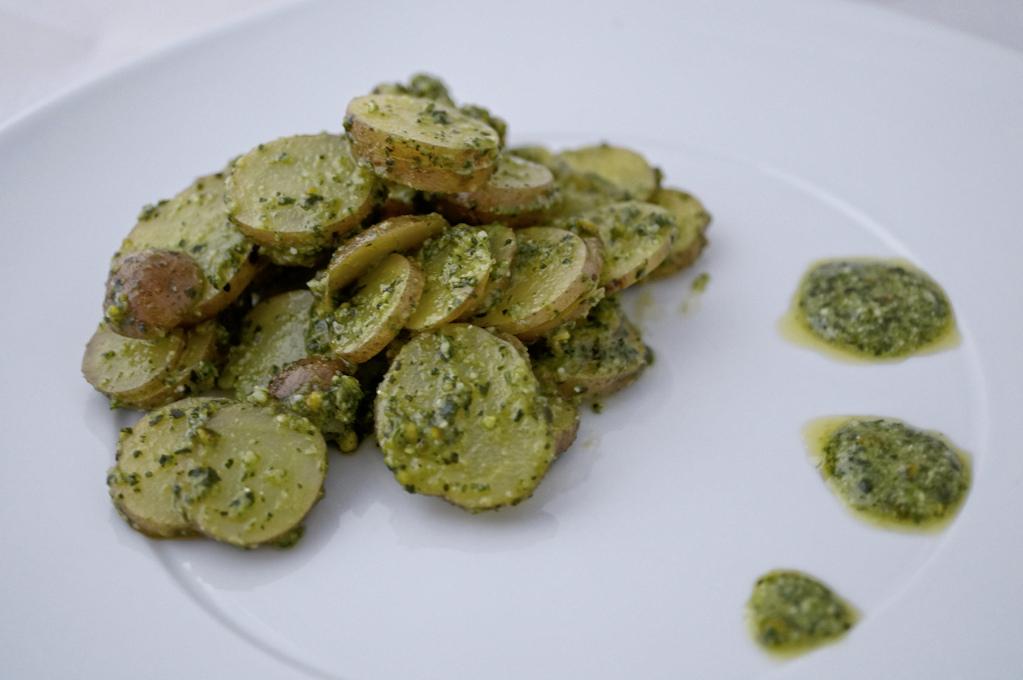 Frischer aromatischer Kartoffelsalat mit Pistazienpesto