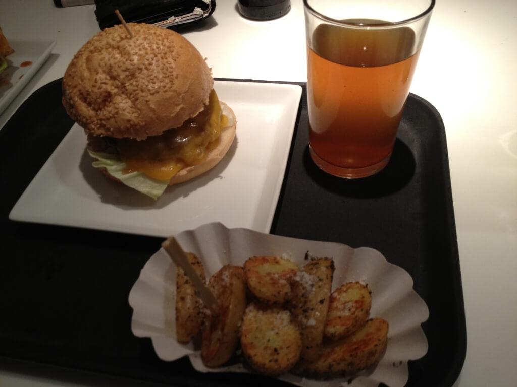 Ein Burger Menü im Cosmoburger