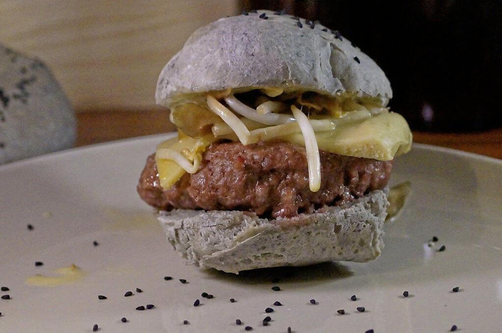 selbstgemachter schwarzer Burger mit Wasabikäse und sous vide
