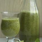 Grüner Smoothie mit Basilikum, Limette und Matcha