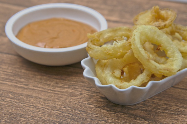 Onion Rings frittiert mit Dip
