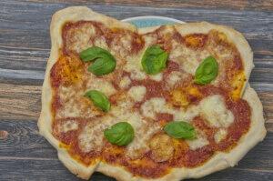 Rezept für Pizza Margeritha vom Pizzastein selbstgemacht