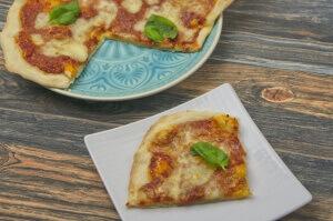 Pizza Margeritha mit Basilikum vom Pizzastein - Pizza zu Hause