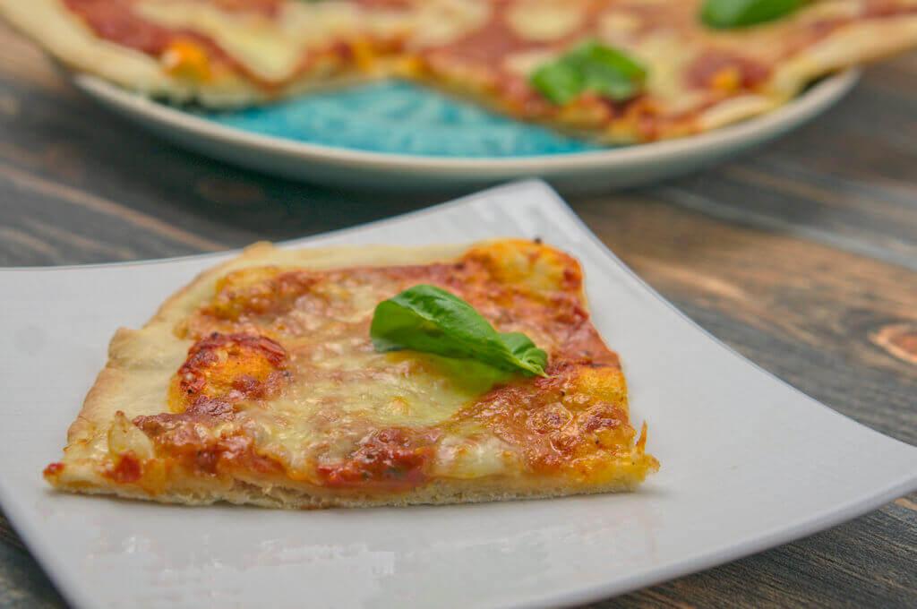 Ein Stück Pizza Margeritha vom Pizzastein