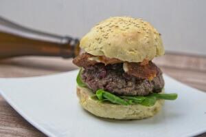 Rentierburger mit auslaufenden Käse