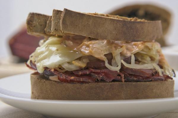 Reuben Sandwich von der Seite