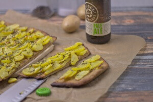 Kartofrelpizza mit Hefeteig aus Bier und Thymian