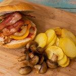Burger mit Bratkartoffeln und Champignons