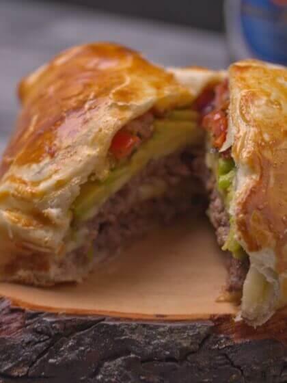 Cheeseburger im Blaetterteig mit Tomatensalsa und Avocado