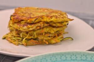 Möhren-Zucchini-Kartoffelpuffer gestapelt
