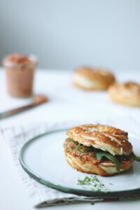 Laugenbagel-mit-veganem-Tomaten-Brotaufstrich_Holunderweg18