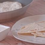 Pfannenbrot aus der Pfanne mit Sour Cream