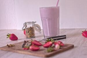 Erdbeershakes mit Milch Kardamon und Vanille