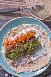 Erbsenfalafel von oben mit Tortilla Möhren und Gurken Minz Joghurt