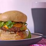 Burger mit Sauerkraut, Gravy, Feldsalat im Brioche Bun