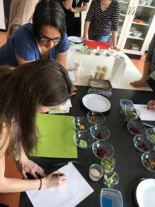 Meine Gruppe beim Anrichten im Foodstyling