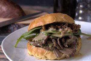 sous-vide Kalbsleber Sandwich im Honig-Mais Bun Spinat