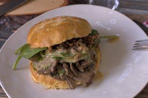 sous-vide Kalbsleber Sandwich im Honig-Mais Bun mit Spinat und Senfdressing