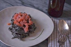 Schwarze Pasta mit Carbonara aus Lachs Fisch