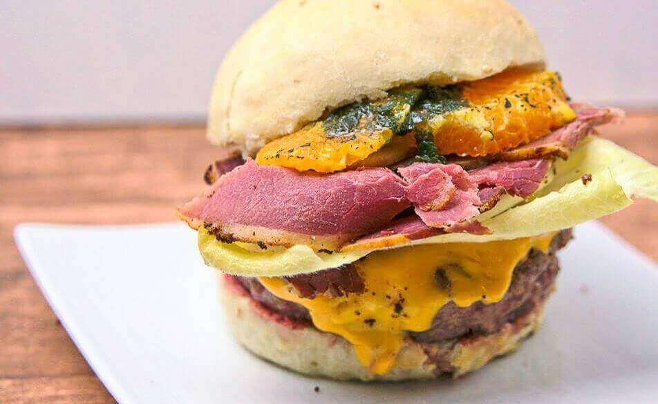 Burger mit Pastrami, Cheddar, Chicoree, Orange und Cremolata