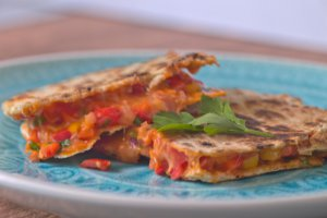 Vegetarische Quesadilla mit Paprka, Mozzarella & Cheddar