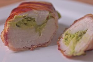 gefüllte Hähnchenbrust mit Guacamole und mit Bacon umwickelt