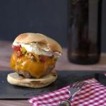Burger mit Pico de Gallo, Schmand und Cheddar
