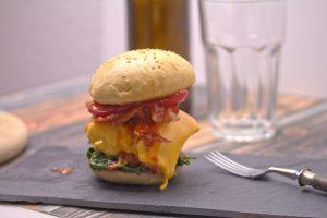 Burger mit Spinat und Barbecue Sauce