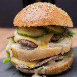 Doppeldecker Cheeseburger mit Gurkenmayonnaise