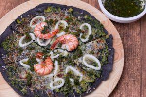 Schwarzer Pizzateig mit Sepiatinte gefärbt
