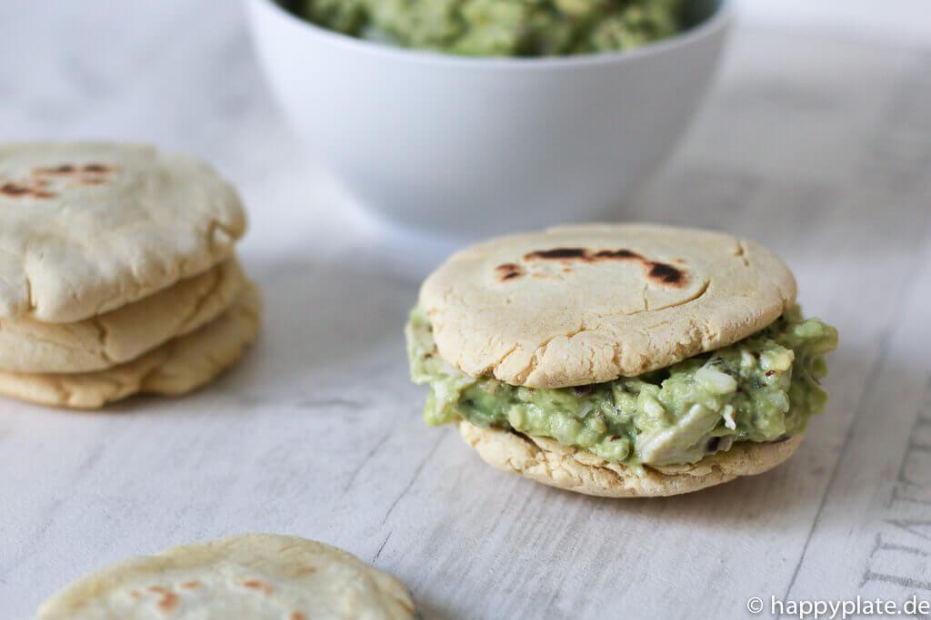 Arepa gefüllt mit Haehnchen-Avocadosalat