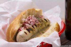 Bayrischer Hot Dog mit Weisswurst und Radieschen und Süßer Senf Sauce_