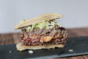 Gefüllter Burger mit Camenbert und Bacon