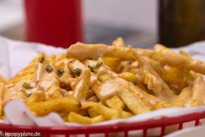 Chili Cheese Fries im Korb