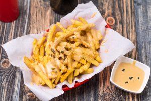 Chili Cheese Fries mit Dip