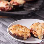 Low Carb Mini Pizza aus Aubergine mit Mozzarella und Parmesan