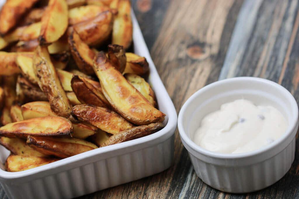Englische öfen country potatoes aus dem backofen mit pfeffer mayonnaise plate
