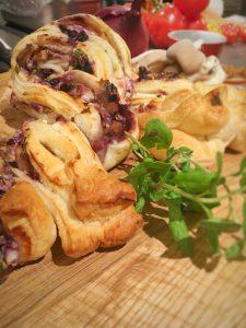 Pizza-Striezel mit Austernpilzen, Bacon, Blaubeeren und Majoran