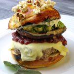 Cheeseburger mit Bun mit Popcorntopping