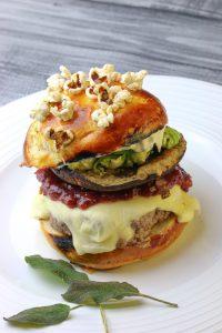 Cheeseburger mit geröstetem Salbei, Maronenomelette, Cranberryketchup und Rosenkohl