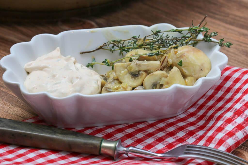 Gebratene Champignons mit Knoblauchsauce in der Schale