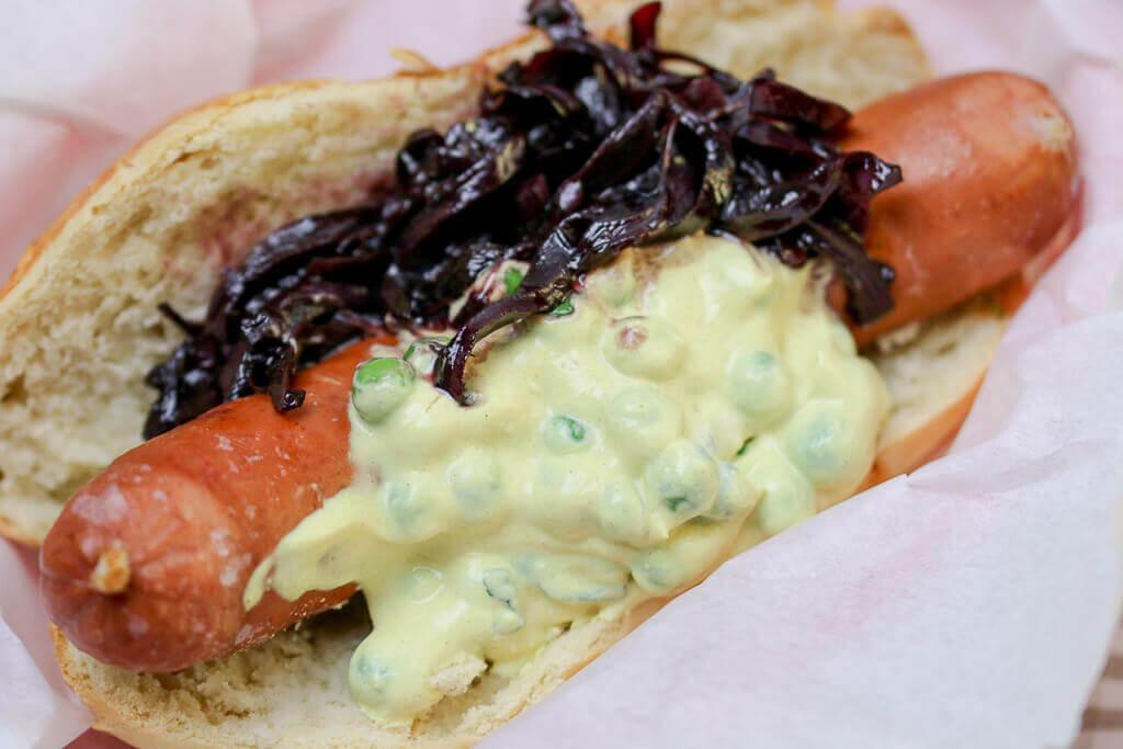 Hot Dog Mit Wild Wurst-Erbsen-Ricotta und Rotweinzwiebel