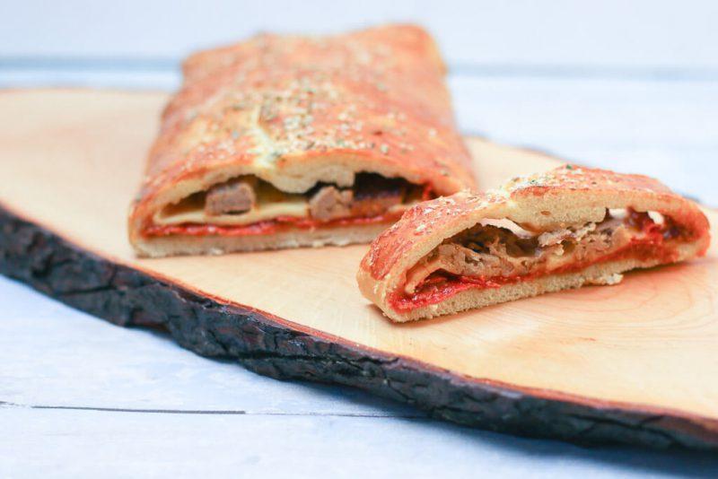 Gefüllter Stromboli mit Pepperonisalami, Emmentaler und Salsicca